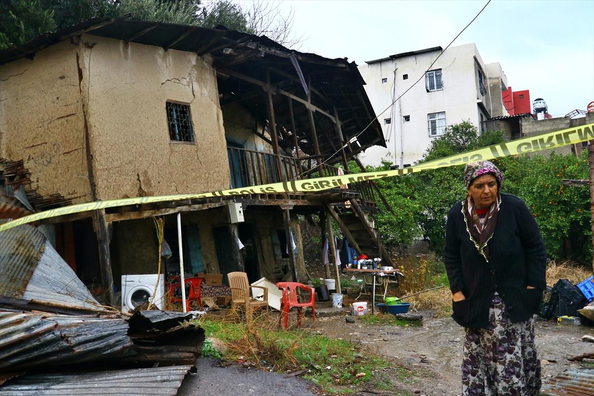 Adana'da, oturduklerı ev kısmen yağıştan çöken aile otele yerleştirildi