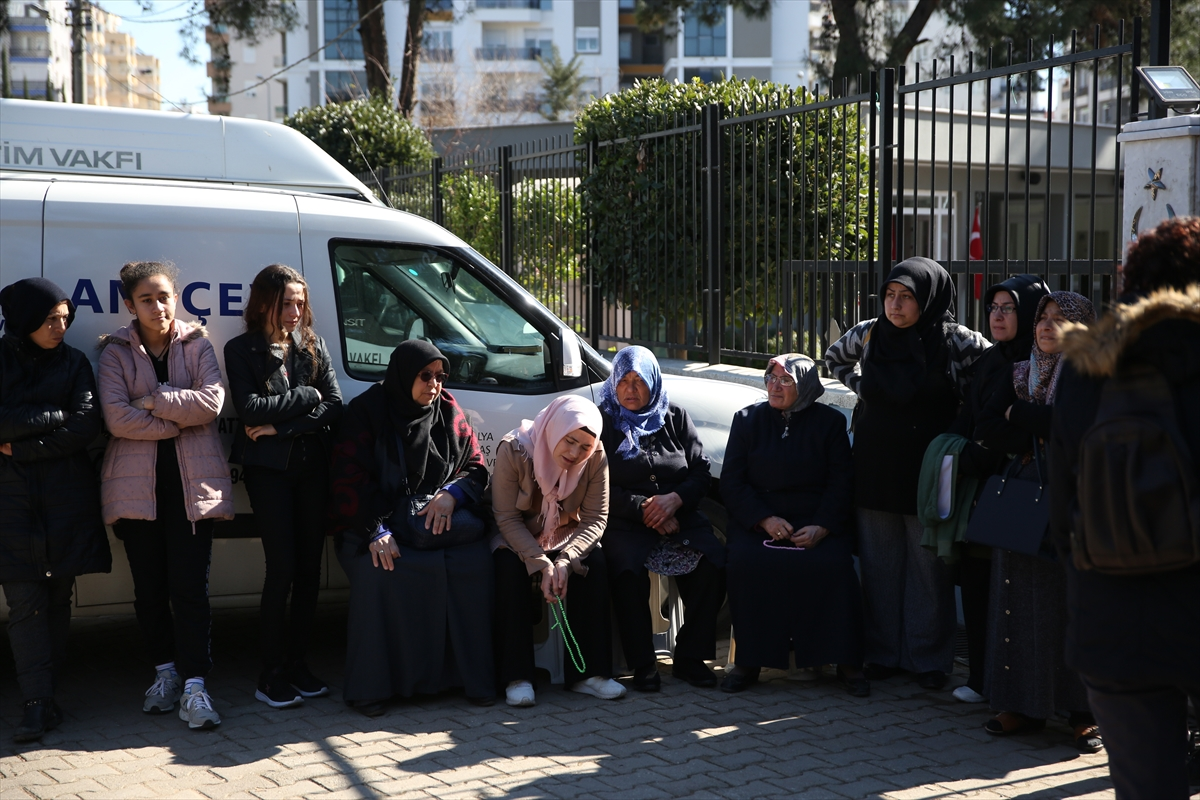 Antalya'da öldürülen anne ve kızının cenazesi toprağa verildi