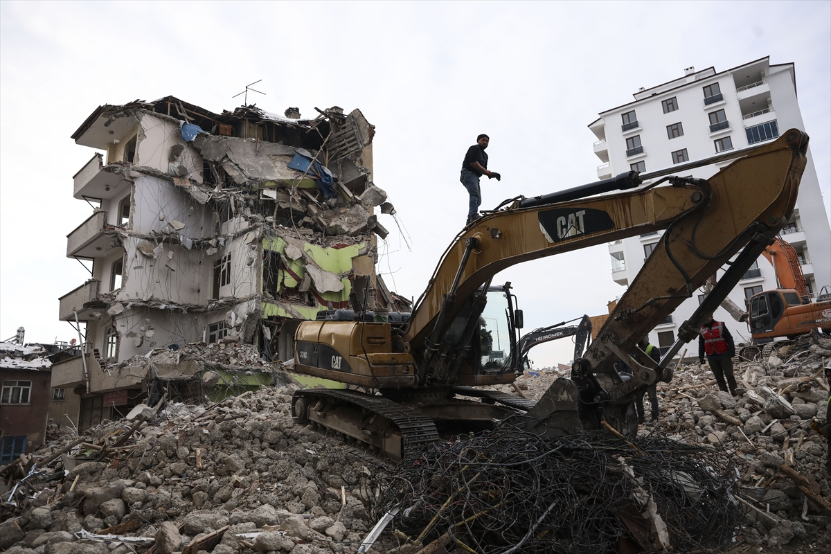 Bakanlar Soylu ve Kurum, Elazığ'daki deprem bölgesinde incelemelerde bulundu