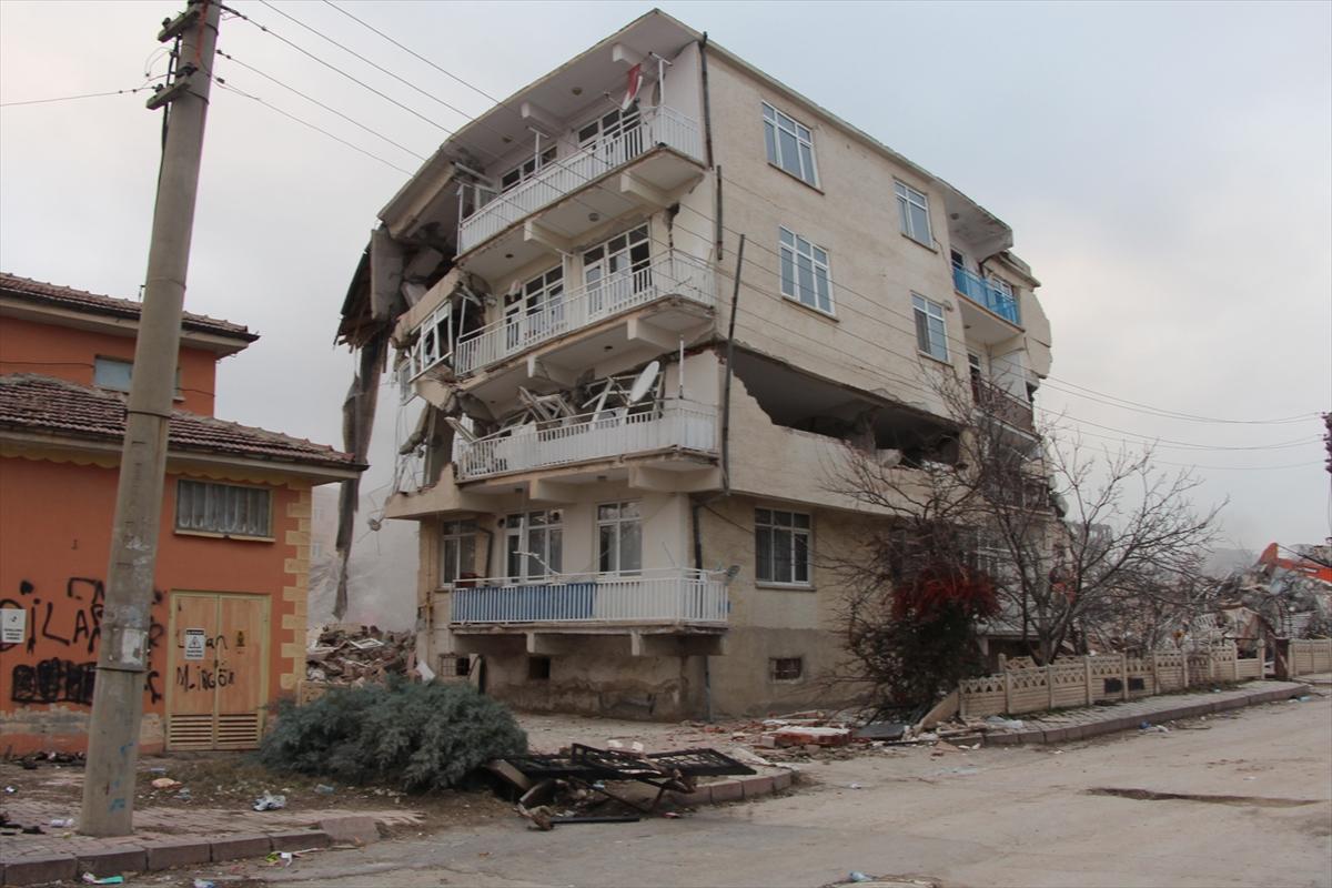 Depremde ağır hasar gören binaların kontrollü yıkımı görüntülendi