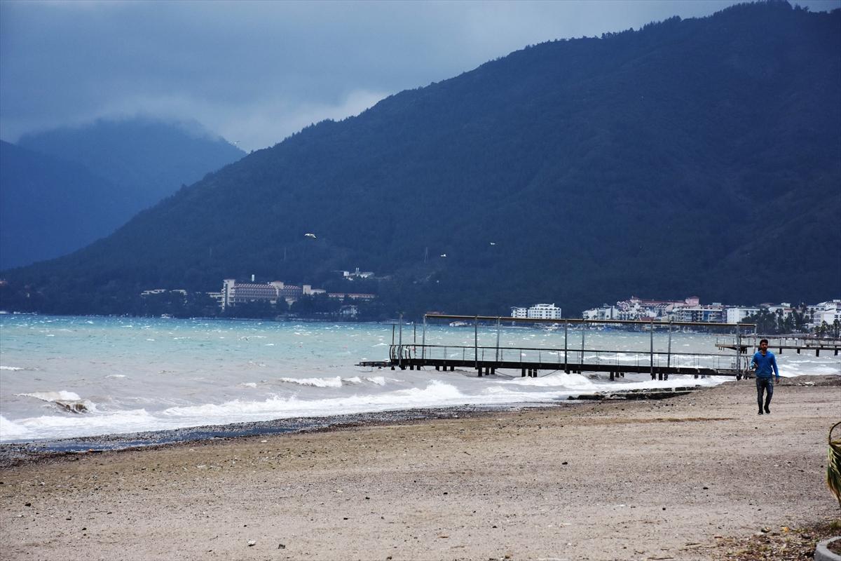 Marmaris'te sağanakta çamuru taşıyan sel suları denizin rengi değiştirdi