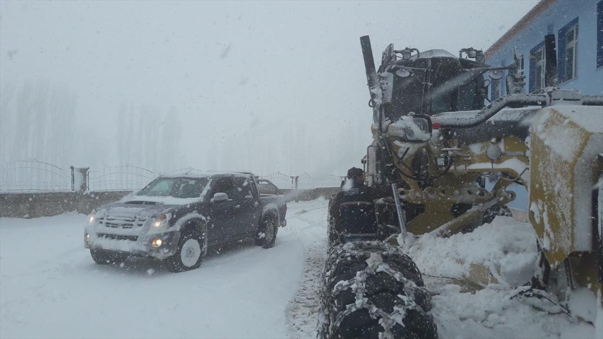 Siirt'te karda araçlarıyla mahsur kalan 15 kişi kurtarıldı
