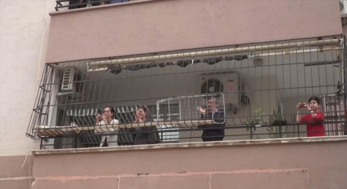Adana'da zabıta ekipleri evinden çıkamayan vatandaşlara müzikle moral verdi