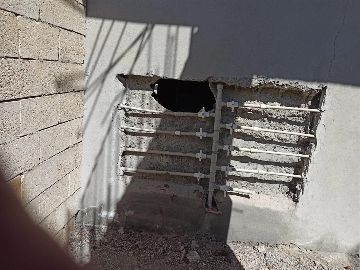 Adıyaman'da eczanenin duvarını kırıp hırsızlık yaptıkları belirlenen 2 şüpheli tutuklandı