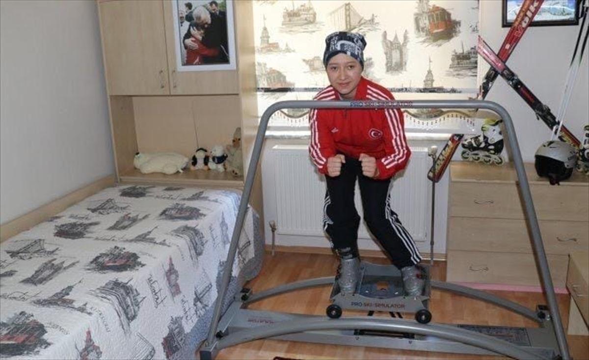 """Antrenmanlarını evinde yapan milli kayakçı Ayşe Kader Yavuz'dan """"evde kalın"""" çağrısı"""