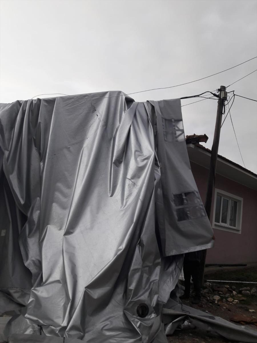 Burdur'da şiddetli rüzgar nedeniyle cami minaresinin külahı yerinden söküldü