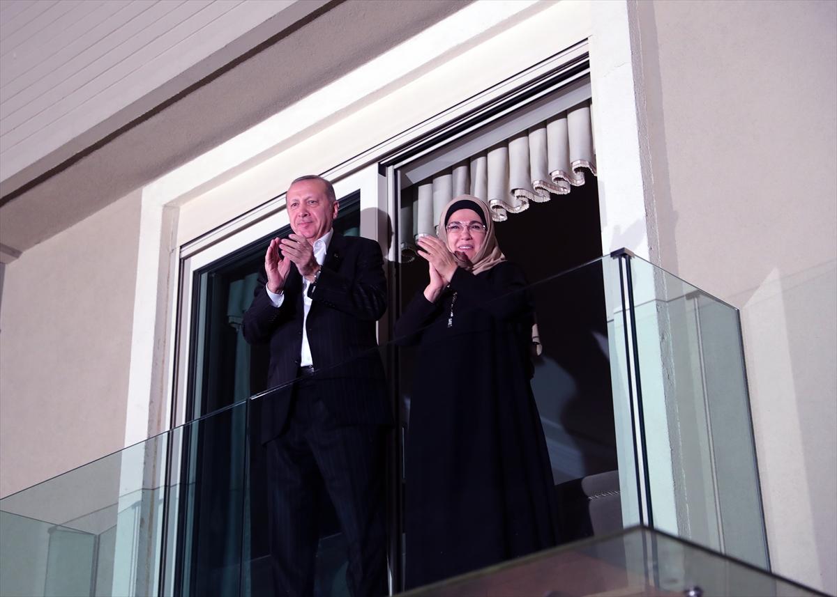 Cumhurbaşkanı Erdoğan ve eşi Emine Erdoğan sağlık personeline alkışlarla destek verdi.