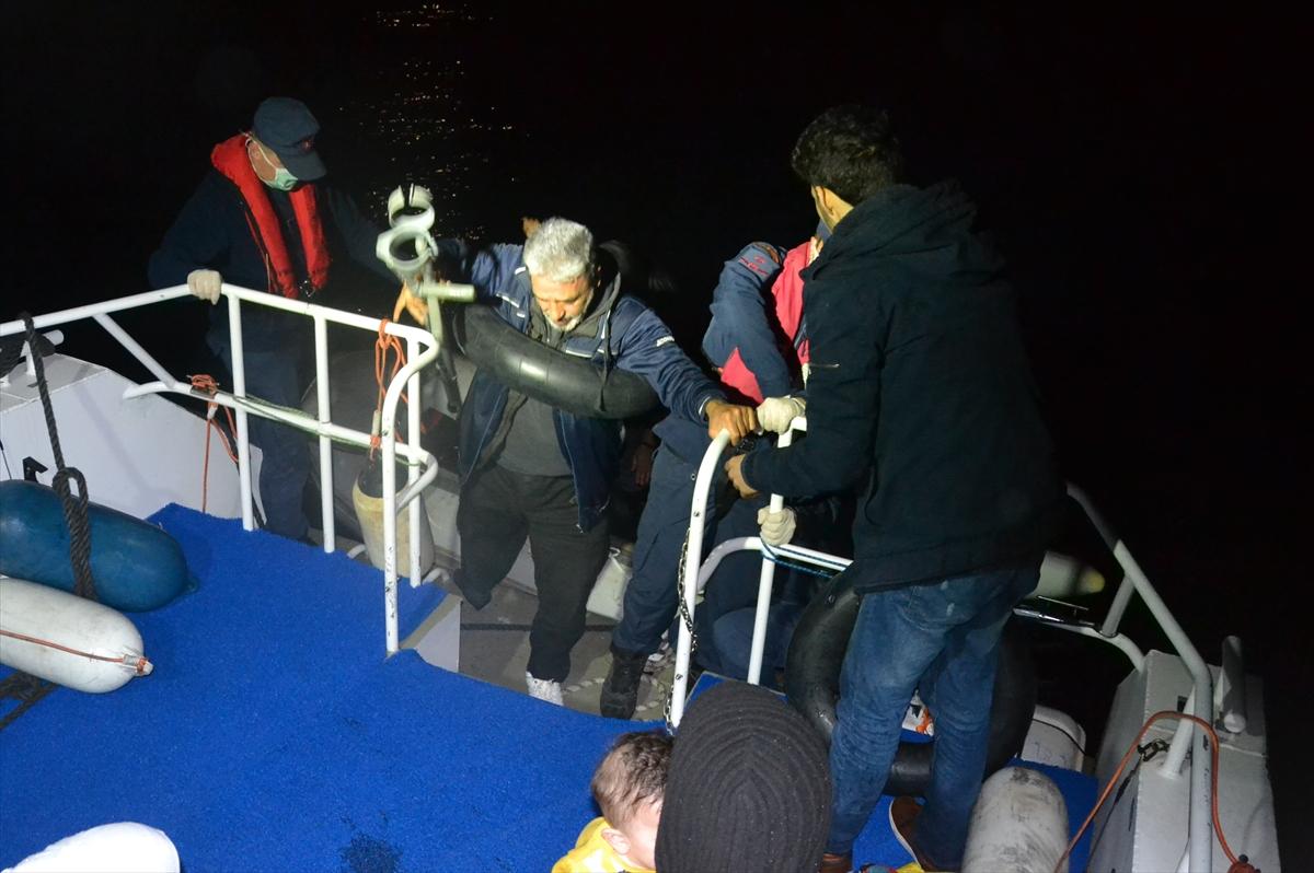Dikili açıklarında motoru arızalanan bottaki 9 sığınmacı kurtarıldı