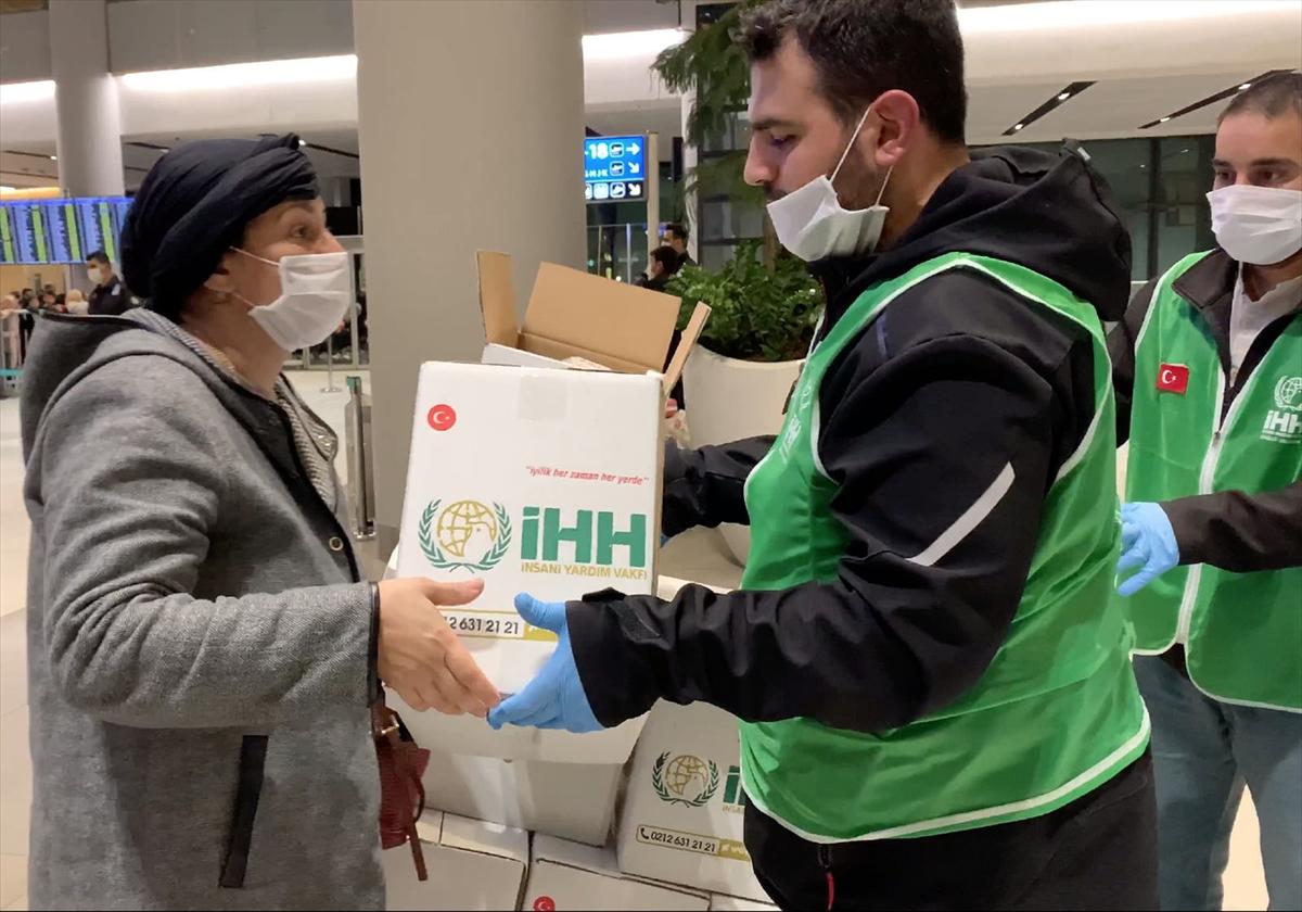 İHH'dan havalimanında mahsur kalan yabancı yolculara insani yardım