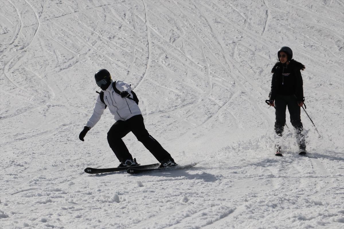 Ilgaz Dağı'ndaki kayak merkezlerinde hafta sonu yoğunluğu