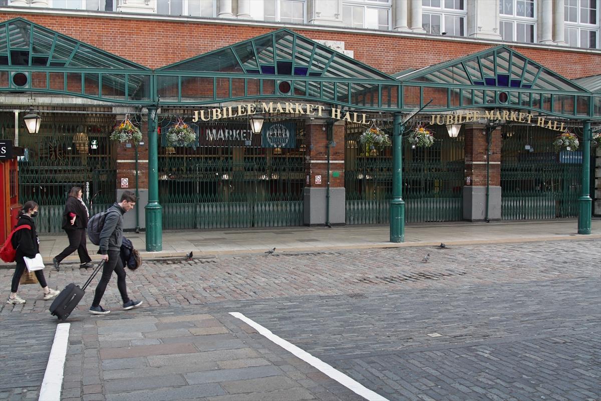 İngiltere'de koronavirüs önlemleri kapsamında restoran, bar ve sinemalar kapatılacak
