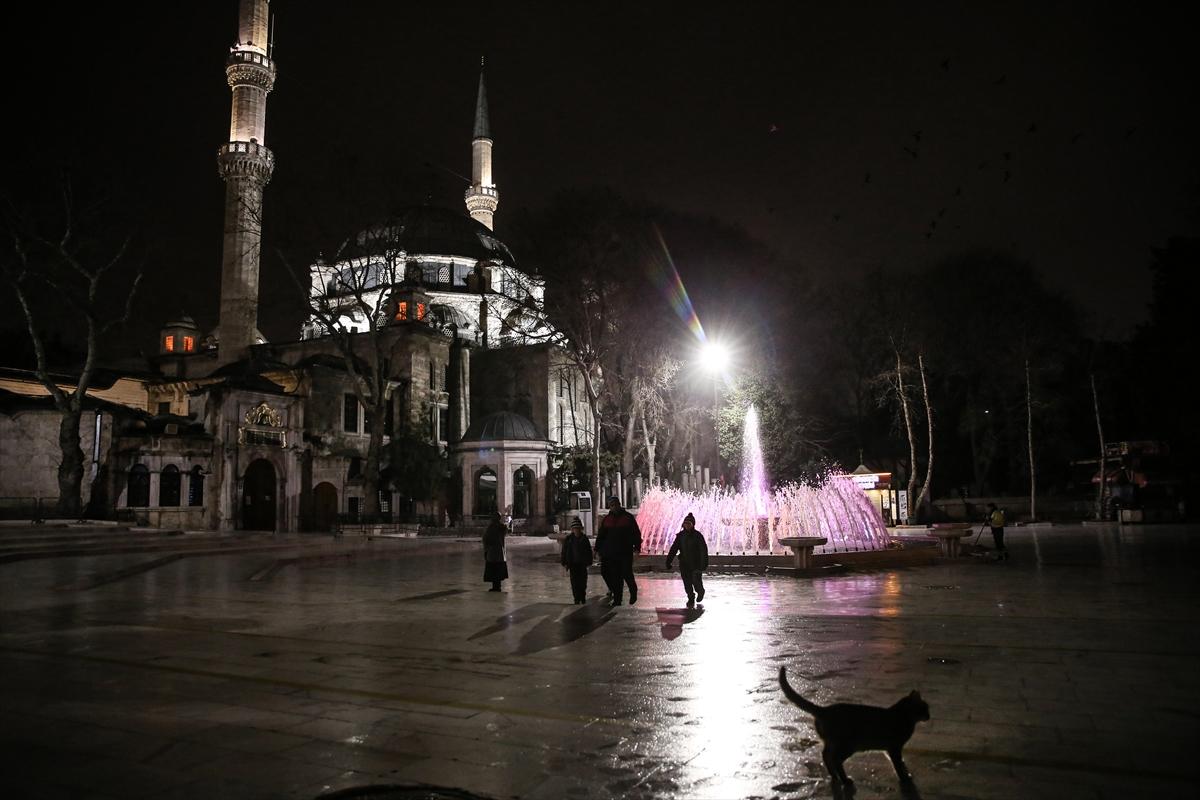 İstanbul'daki camilerde Kovid-19 salgınının son bulması için dua edildi