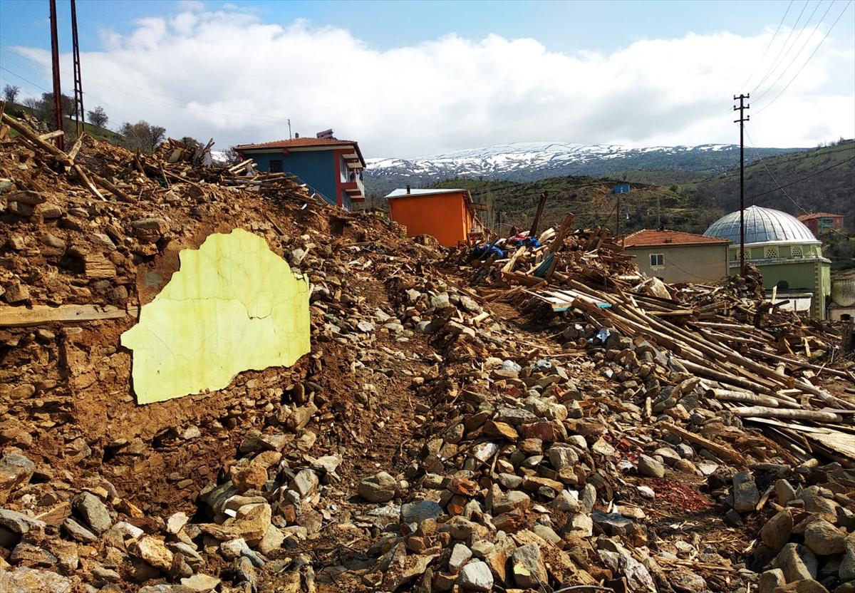 Malatya'da ağır hasarlı evlerin kontrollü şekilde yıkımı devam ediyor