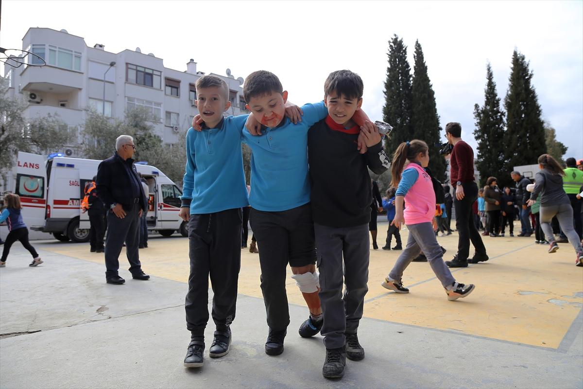 Muğla'da ilkokul öğrencilerine deprem tatbikatı