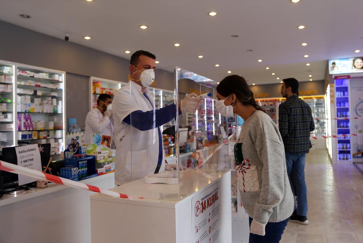 Muğla'da koronavirüs tespitine yardımcı olmak için eczanede ateş ölçümü yapılıyor