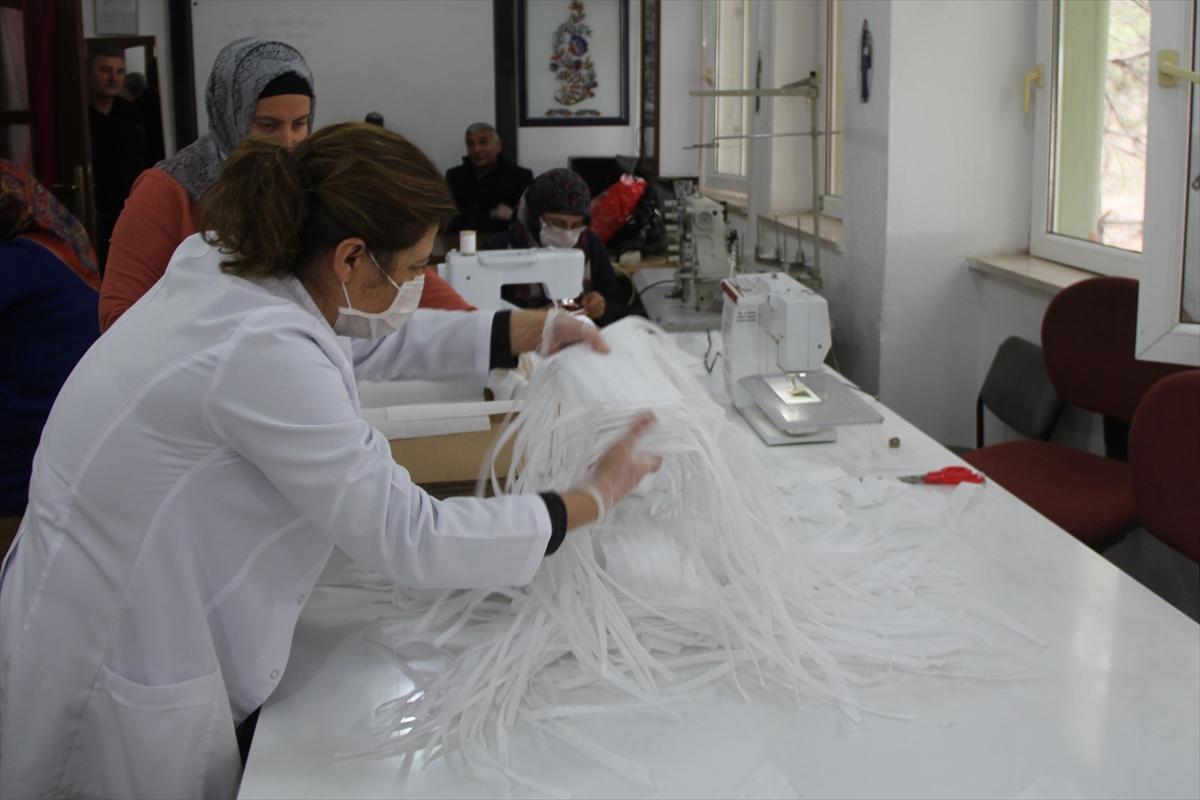 Samsun'daki halk eğitim merkezlerinde sağlık kuruluşları için maske üretiliyor