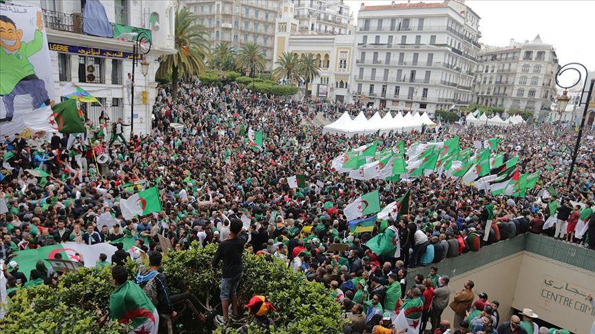 Cezayir'de bir yıldır devam eden protestoları koronavirüs durdurdu