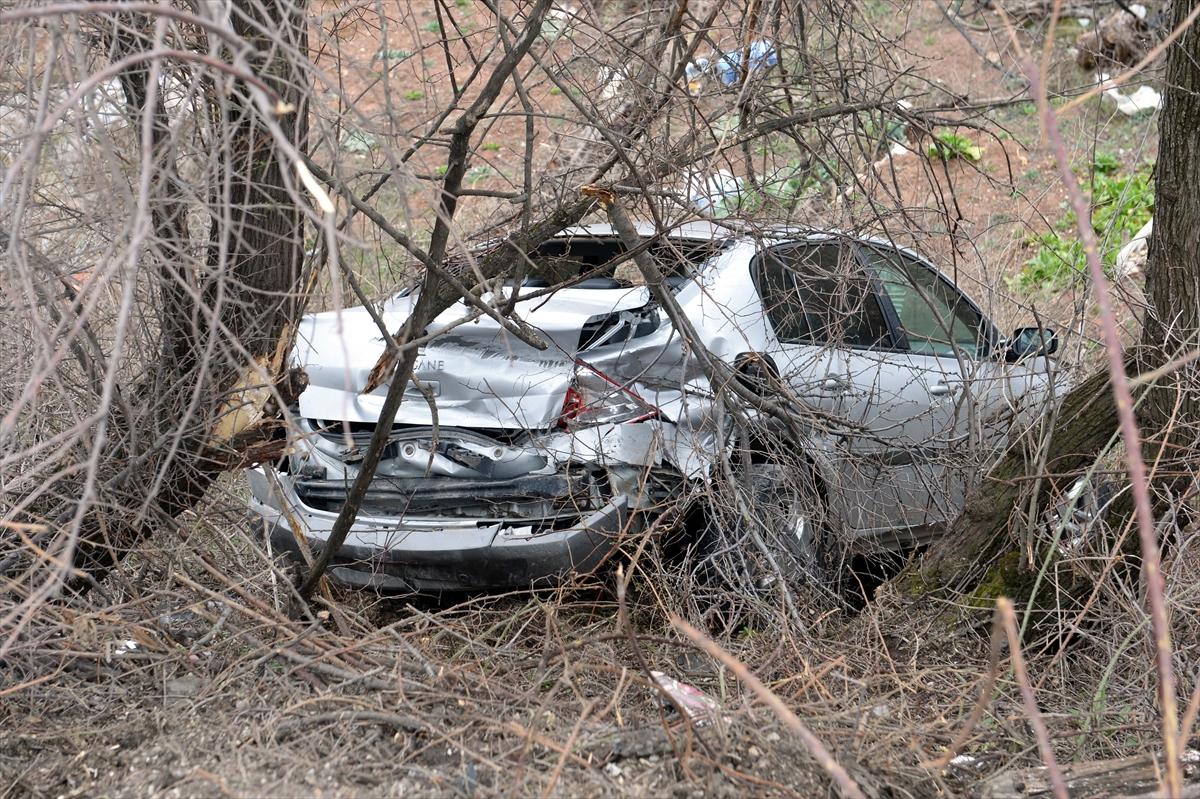 Tokat'ta devrilen otomobildeki iki kişi yaralandı