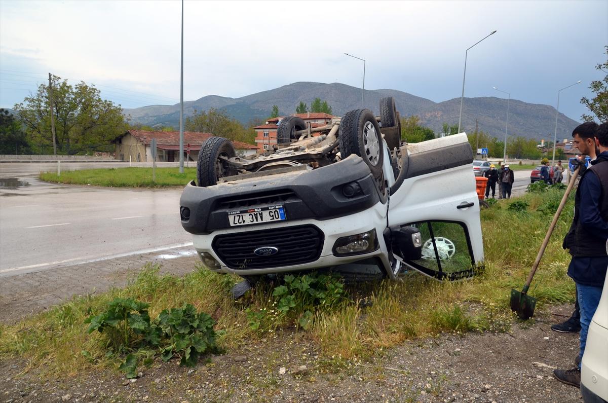 Amasya'da traktöre çarpan süt yüklü kamyonetin sürücüsü yaralandı
