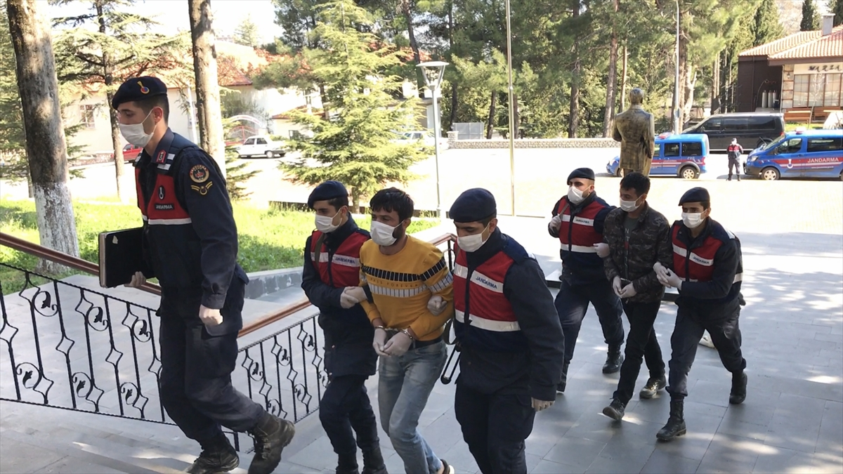 Antalya'da polis uygulamasından kaçan şüpheliler jandarmaya yakalandı