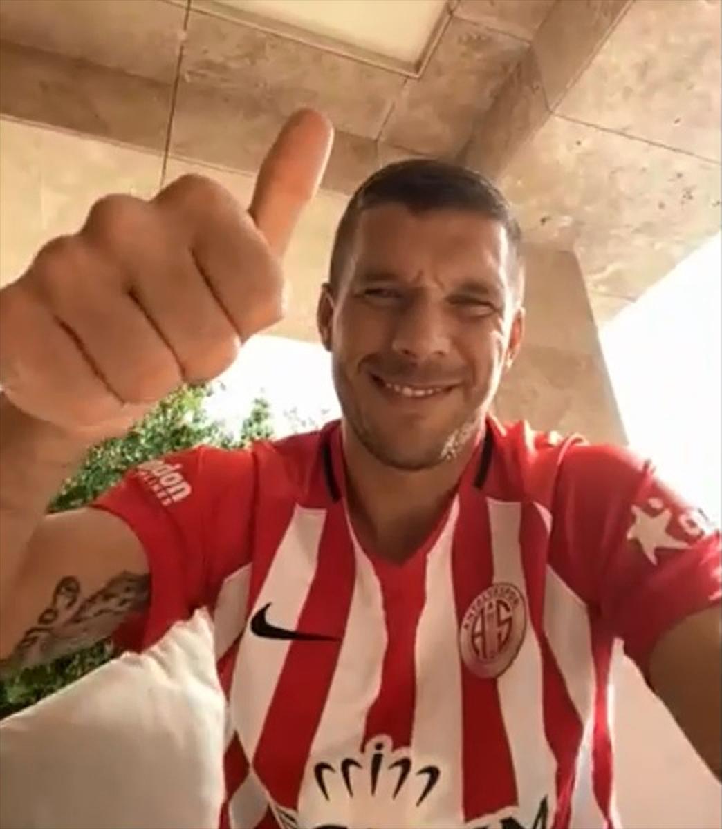 """Antalyasporlu Podolski'den çocuklara, """"Yıldız bir kere kayar ve onu yakalamalısınız"""" tavsiyesi"""