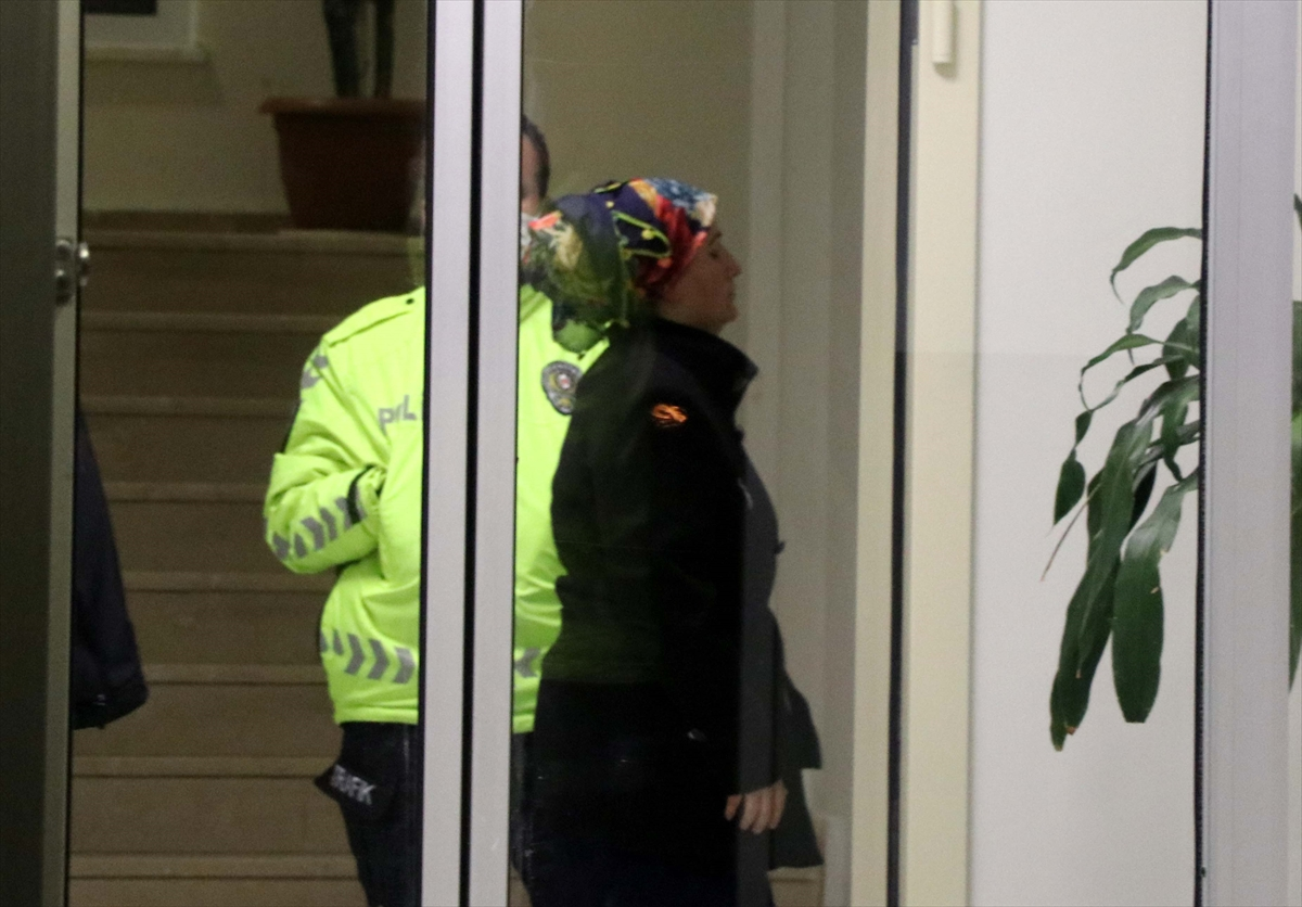 GÜNCELLEME – Apartmanın merdiven korkuluklarına sıvı süren kadın gözaltına alındı