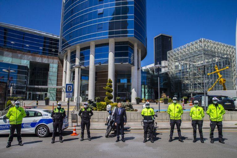 Cumhurbaşkanı Yardımcısı Oktay'dan görev başındaki polislere ziyaret: