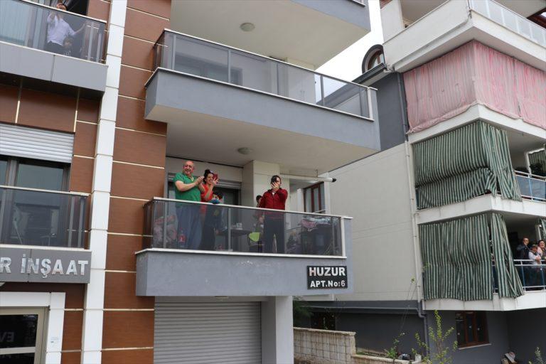 """Denizli'de sokakları dolaşan orkestradan """"evde kalanlara"""" müzik ziyafeti"""
