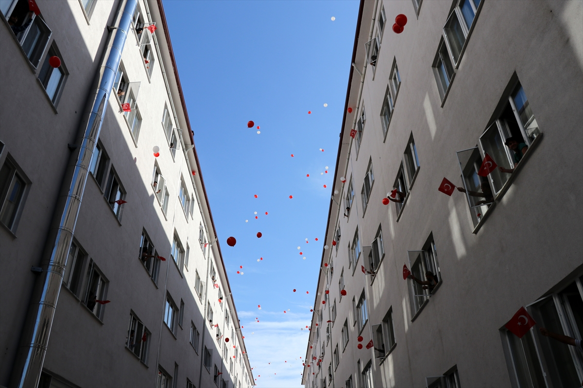 Düzce'de karantinadakiler gökyüzüne kırmızı beyaz balonlar bıraktı