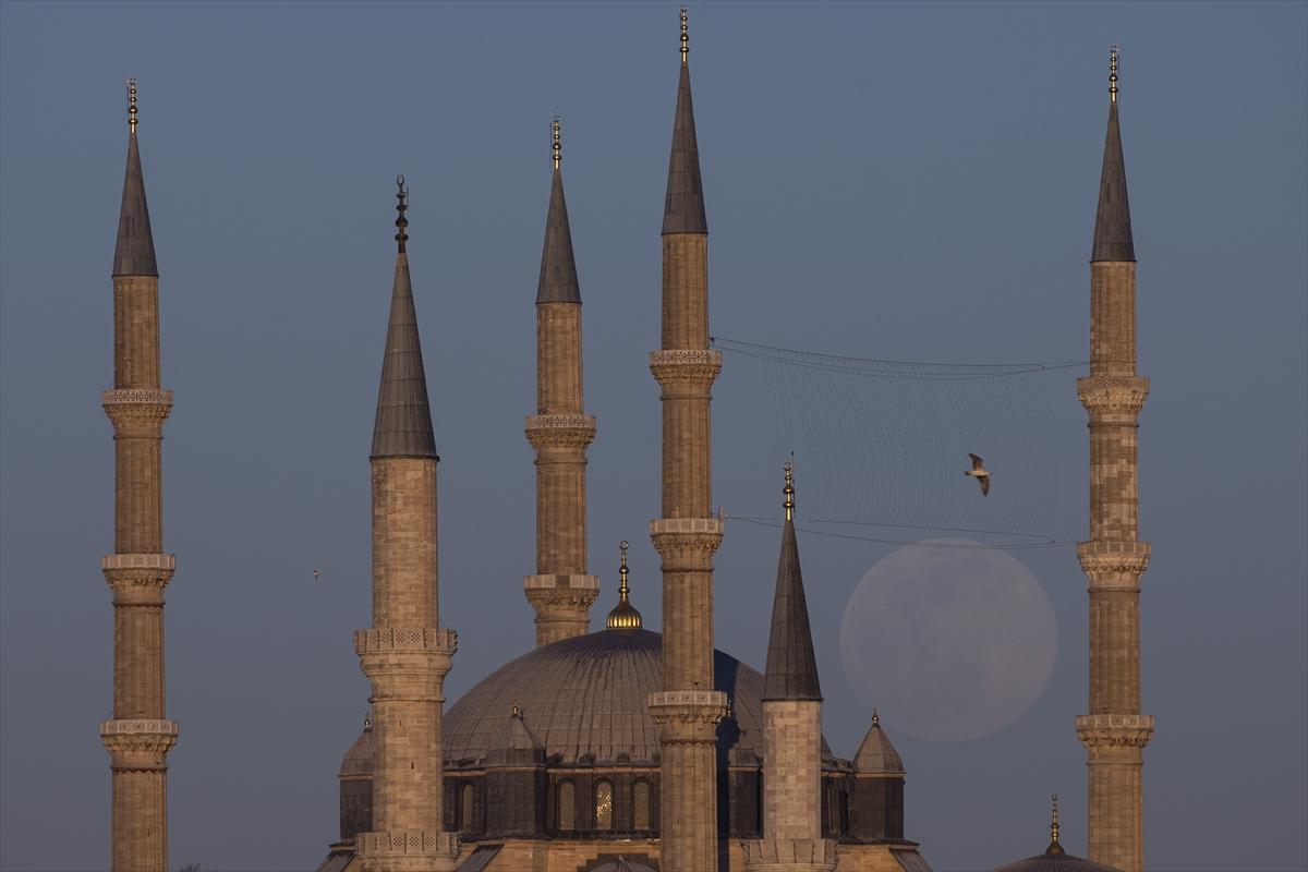 Selimiye Camisi, dolunayla kartpostallık manzaralar oluşturdu