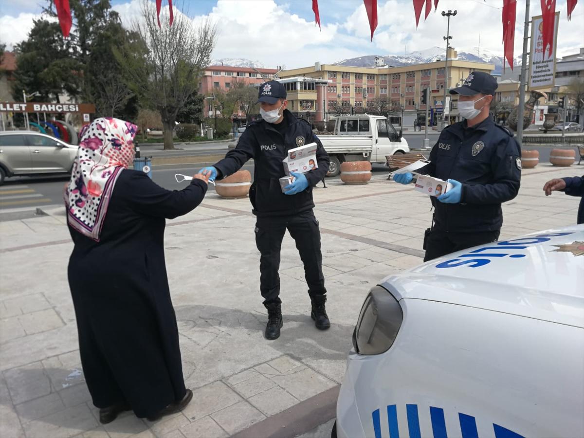 Erzincan'da polis ve asker vatandaşlara maske dağıttı