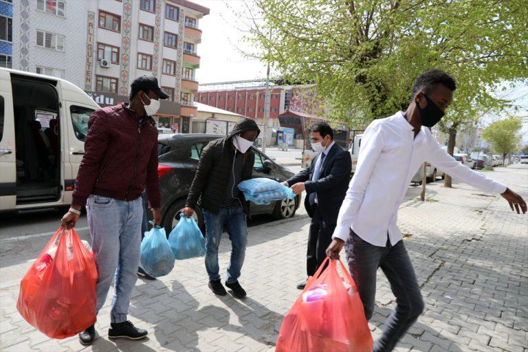 Iğdır Üniversitesinden Kovid-19 nedeniyle ülkelerine dönemeyen yabancı öğrencilere gıda desteği