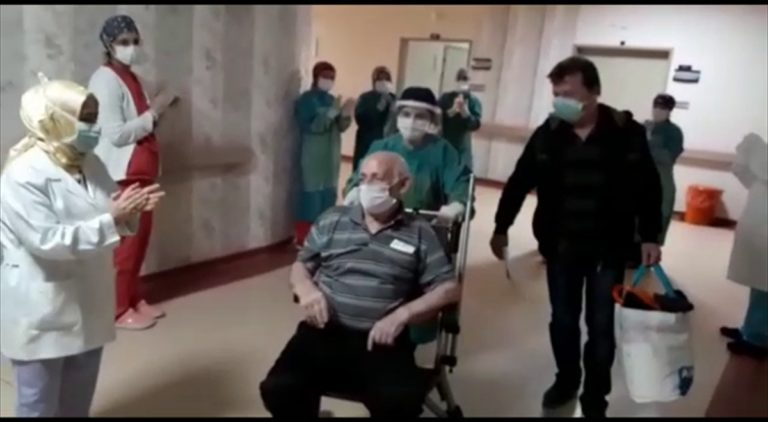 İzmir'de Kovid-19'u yenen iki hasta alkışlarla hastaneden ayrıldı