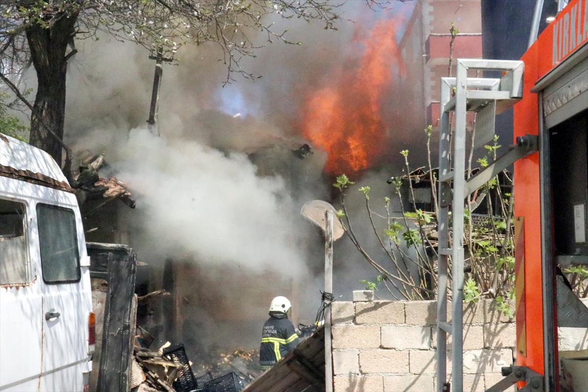 Kırklareli'nde iki kardeş yanan evlerini gözyaşları içinde izledi