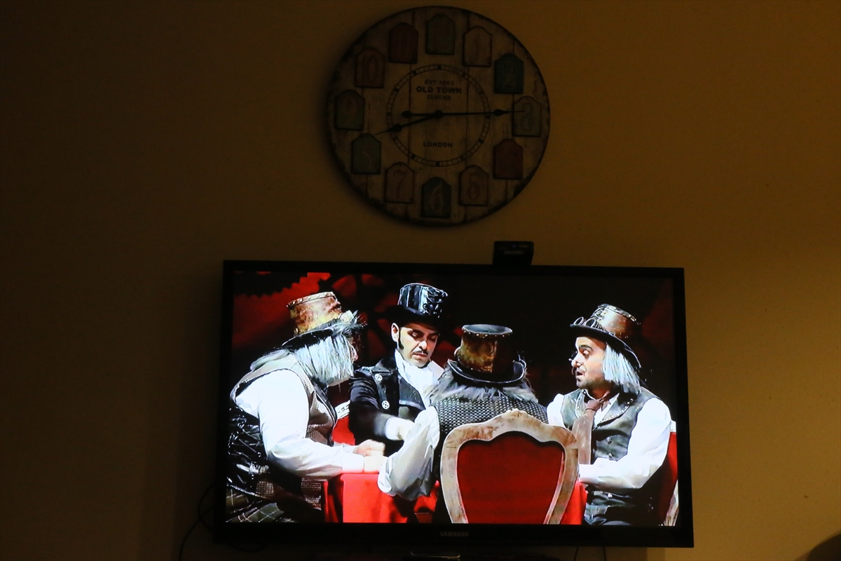 Şehir tiyatrosu oyunu canlı yayında izleyiciyle buluştu