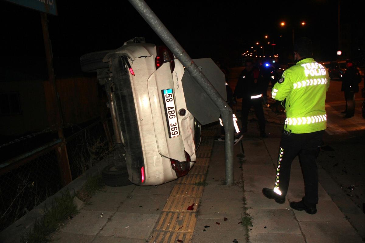 Sivas'ta otomobillerin çarpıştığı kazada polis memuru öldü, 3 kişi yaralandı