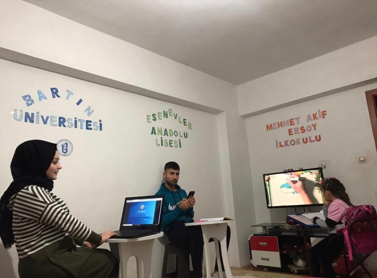 Üç farklı sınıfta okuyan üç kardeş aynı odada uzaktan eğitim görüyor
