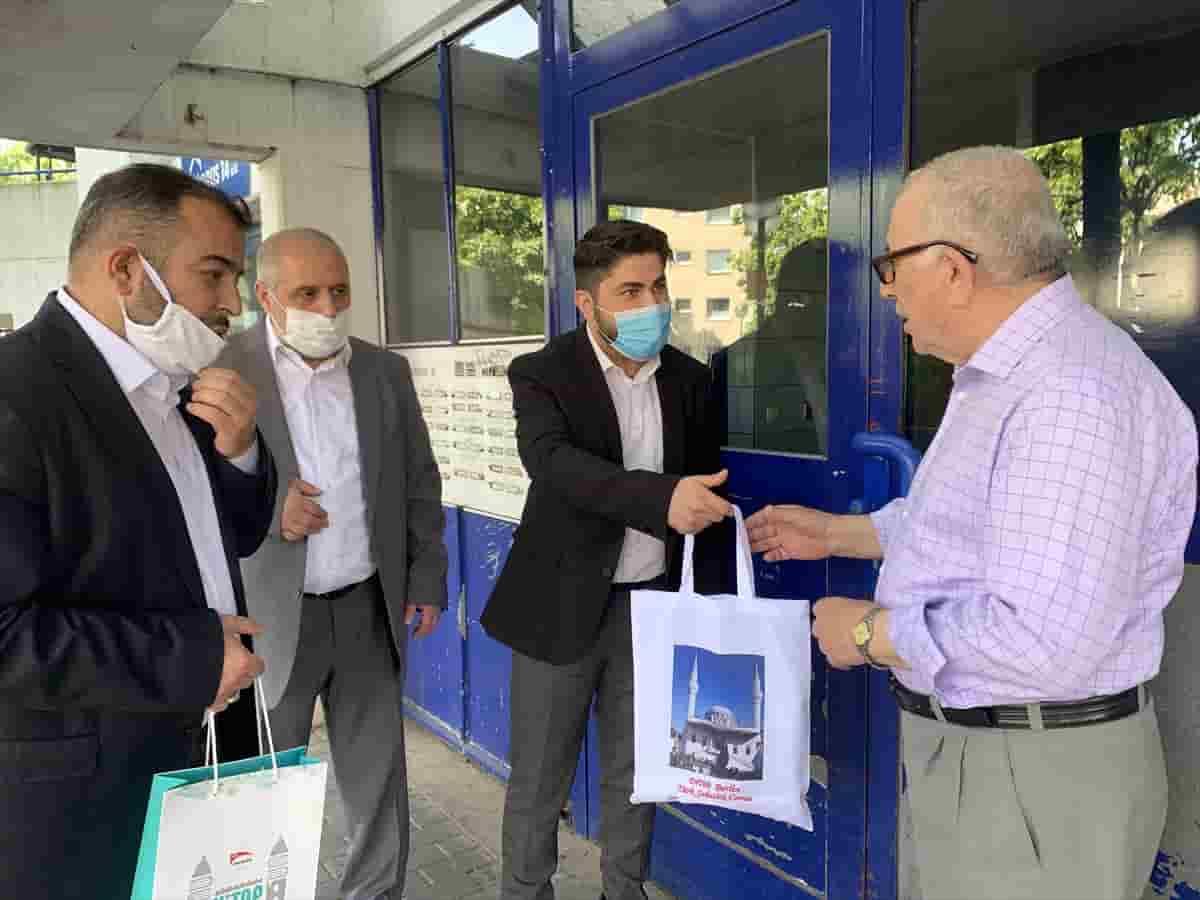 Berlin, Şehitlik Camisi yöneticileri bayram öncesi yaşlıları evlerinde ziyaret etti