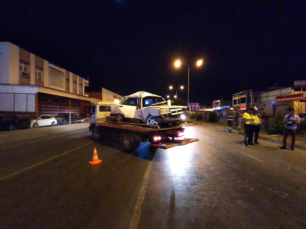 Adana'da aydınlatma direğine çarpan otomobilin sürücüsü yaralandı