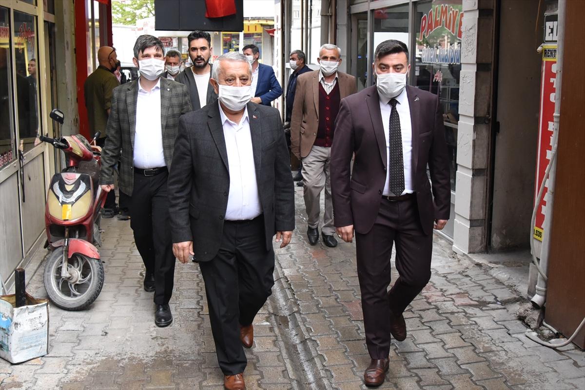 Afyonkarahisar Belediyesi berber ve kuaför dükkanlarını dezenfekte ediyor