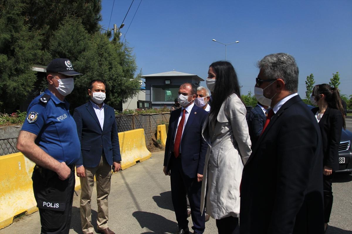 AK Parti Genel Başkan Yardımcısı Karaaslan, polislere kandil simidi dağıttı