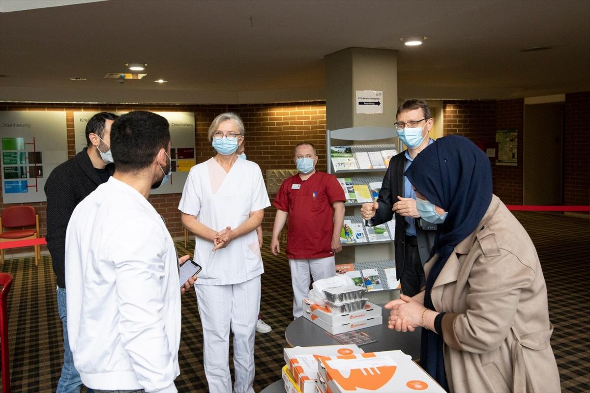 Almanya'da Türk gençlerden sağlık çalışanlarına moral yemeği