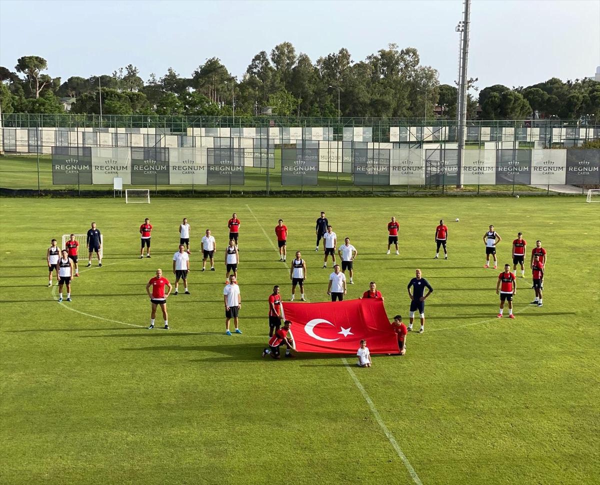 Antalyaspor, Türk bayraklı, sosyal mesafeli 19 Mayıs pozu verdi
