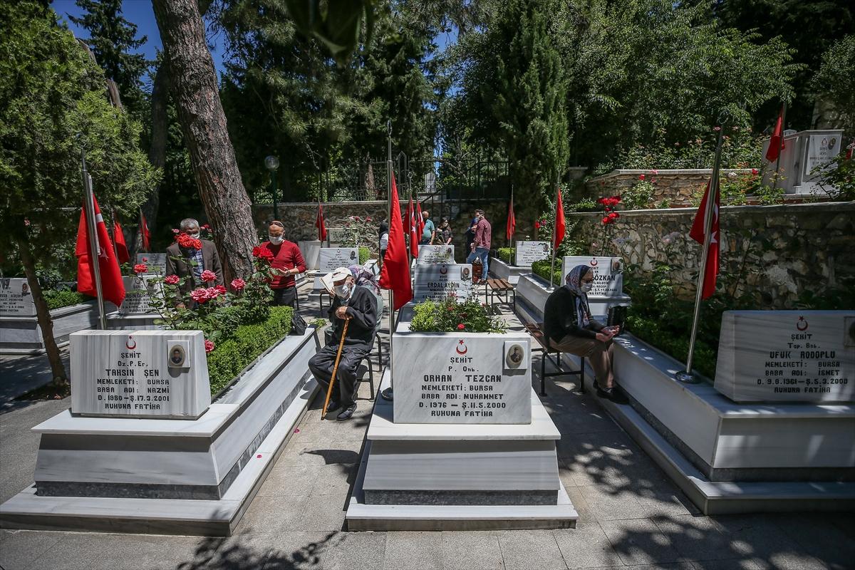 Bursa'da şehit yakınları bayramın ilk gününde evlatlarının kabrine koştu
