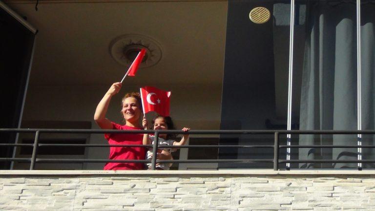 Iğdır'da evlerinde kalan vatandaşlar, gezici konser grubu sayesinde eğlendi