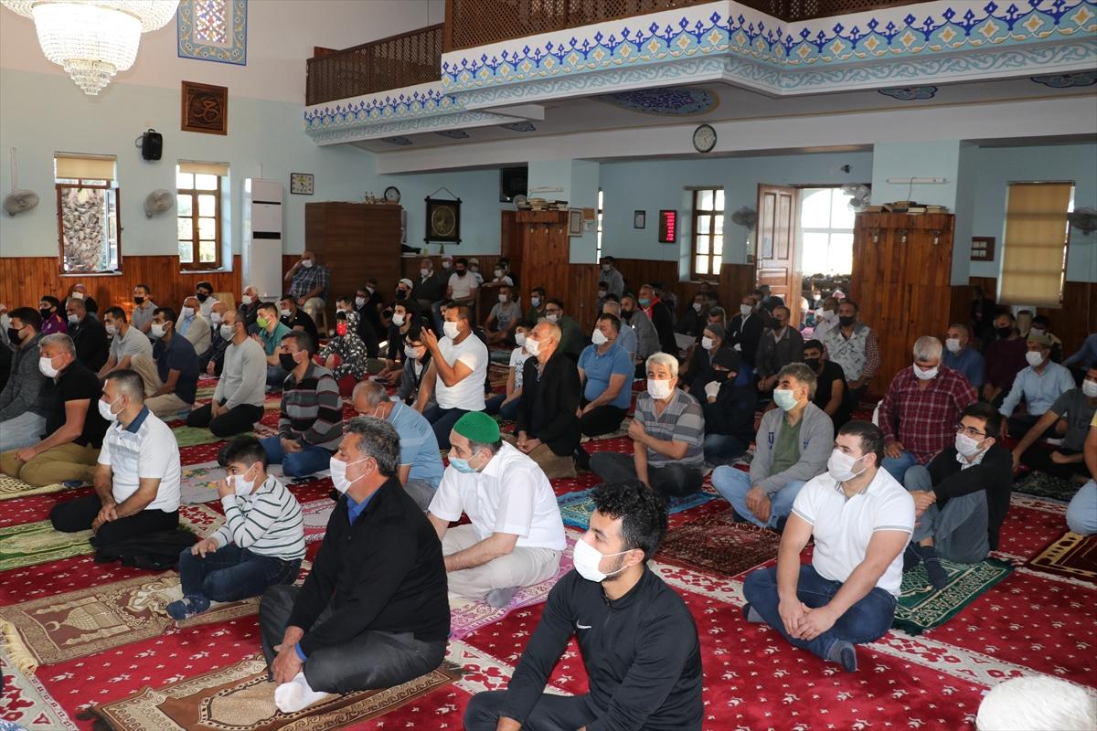 KKTC'de Ramazan Bayramı namazı sosyal mesafeye uygun kılındı