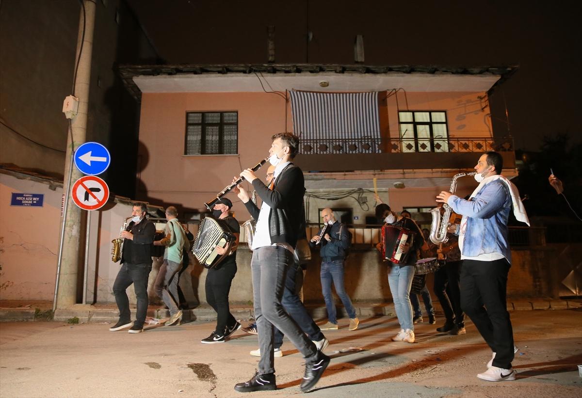 """Kocaeli'de gençlerden Makedon ezgileriyle """"Evde kal"""" çağrısı"""