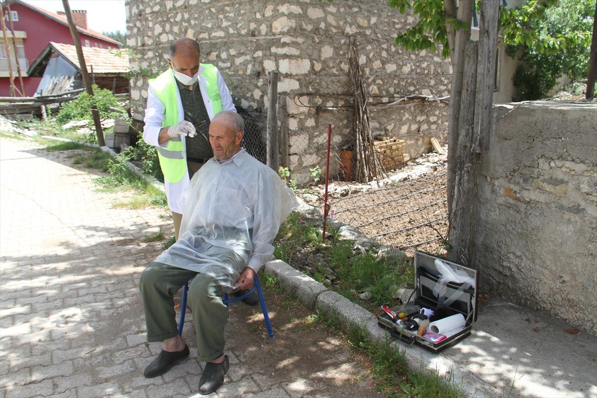 Konya'da sokağa çıkmaları kısıtlı yaşlılar, evlerinin önünde ücretsiz tıraş ediliyor