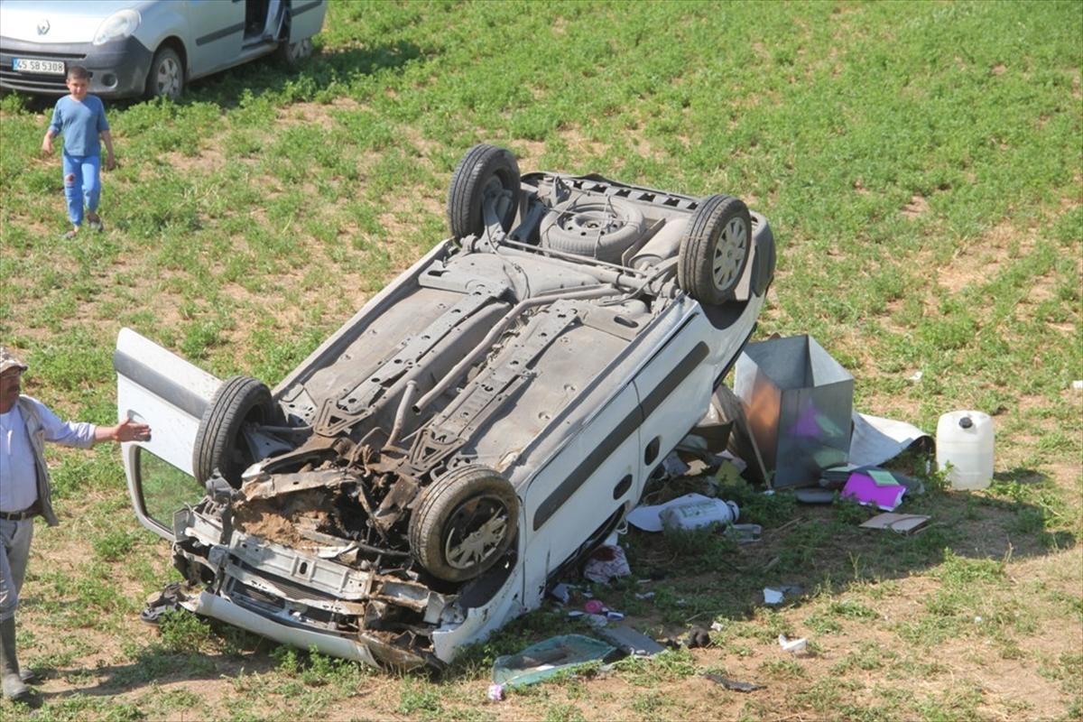 Manisa'da tarlaya devrilen otomobilde sıkışan iki kişi yaralandı