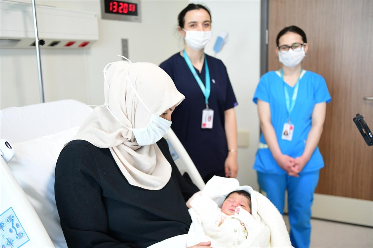 """Sağlık Bakanı Koca'dan Çam ve Sakura Hastanesindeki """"ilk bebek"""" paylaşımı"""